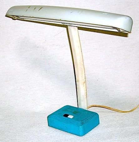 松下電器産業株式会社製の「ナショナル」ブランドの電気スタンド、昭和30年代後半に製造された物です。