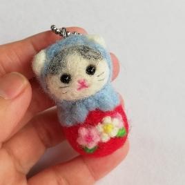 <p>羊毛フェルトで作ったキュートな猫マトリョーシカです。<br>コロンとしたかわいい猫マスコットです。<br>マルカンを付けてストラップ金具を付けました。<br><br>■サイズ 全長約約5cm前後</p><p>画像は見本です。複数制作のためランダムでのお届けとなります。</p><p>若干お顔のニュアンスなど変わりますのでご理解下さい。</p><p><br></p>