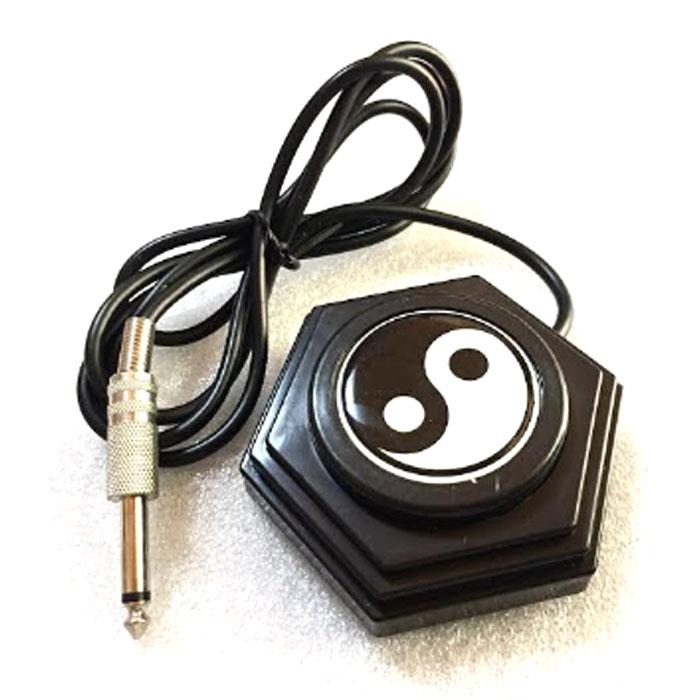 タトゥーマシン用フットスイッチです。<br>オシャレなフットスイッチです。<br><br>サイズ:約9cm×9cm×3cm<br>重量:約160g<br>コード長:約150cm