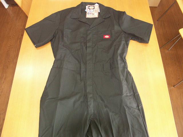 ディッキーズ カバーオールのベーシックシリーズのショートスリーブ(半袖)版。<br />素材自体も軽いPoplin(ポップリン)を使用。<br /><br />サイズ<br />S・M・L・XL・2XL<br /><br />カラー:<br />レッド・カーキー・ブラック・グレー・ダークネイビー <br />