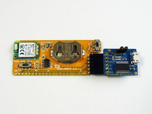 付属ピンヘッダを実装するとシリアル変換アダプターと接続できます。(アダプタは付属しません)