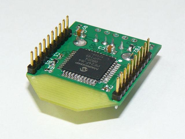 裏にはPIC24FJ64GB004搭載