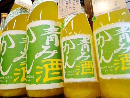 ◆青みかん酒/720ml<br>◆日本酒仕込<br>◆青みかん(和歌山産)使用<br><br>夏の季節、みかんはまだまだ青いままです。しか し、当店は、みかんの季節を先取り、早摘み青 みかんの若さそのままをぎゅぎゅっと搾って夏限定 の和リキュールにしました。摘果(てっか)みかん を農家さんから無理言って譲っていただきました。 甘くておいしいみかんの季節とは違いますが、若 いみかんにたっぷり入ったビタミン類とさっぱりし た酸味でさわやかな和リキュールとなりました。 青みかんは量が少ないため、数量限定とさせてい ただきます。※摘果(早摘み)蜜柑~生育を促 すため間引いた小粒の蜜柑がジュースやドレッシン グに利用されています。アトピーなどのアレルギ ーに効果のあるヘスペリジン(ビタミンP)が多く 含まれています。<br>