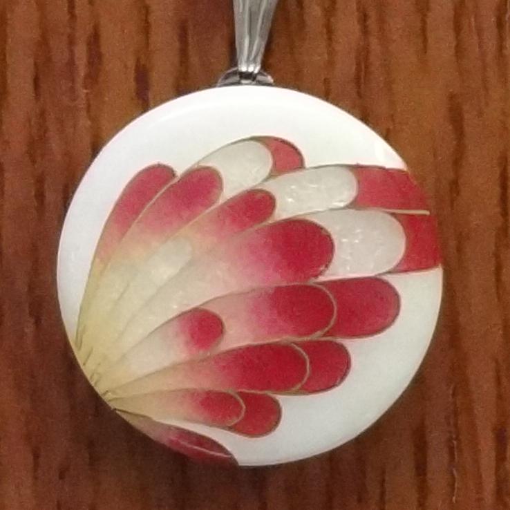 <p>尾張七宝</p><p>アゲハ蝶をモチーフにした</p><p>ペンダント</p><p>名古屋地域の伝統工芸品です。</p><p>もちろんひとつ、ひとつ手作りです。</p>