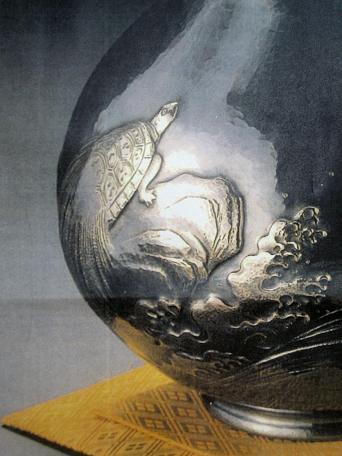 鶴亀の模様は肉彫(浮彫)