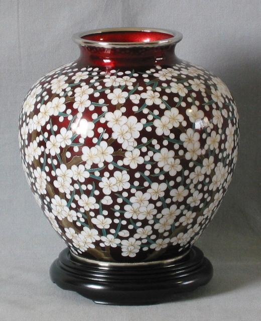 細かい模様で梅を花瓶全体に施してあります。