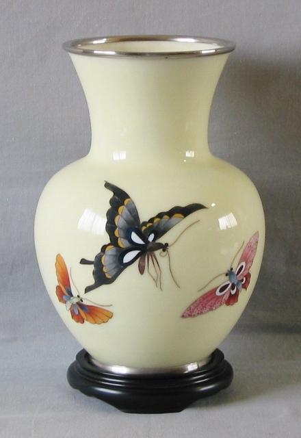 蝶の模様が正面と裏面に施されています。
