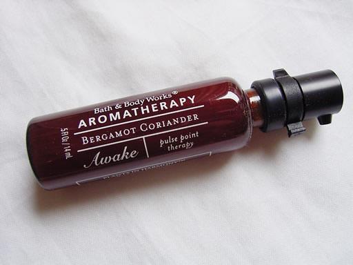 ちょっと出先でリラックスしたいなーと思った時、こめかみや手首にちょっとだけつけてリラックスやリフレッシュをはかるものです。それぞれの香りが凝縮されてクリーム状態となっています。濃いので、ご利用には気をつけください。 香りはAWAKEのベルガモットコリアンダーです。気分を向上させ元気にさせるような香りです。 14ml。