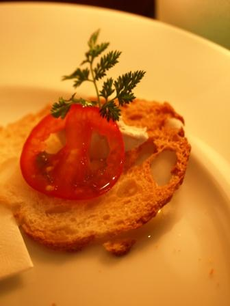 マスカルポーネと合えると酸味のあるフレーバーバターに早変わり。サーモンやとトマトと合わせてどうぞ。