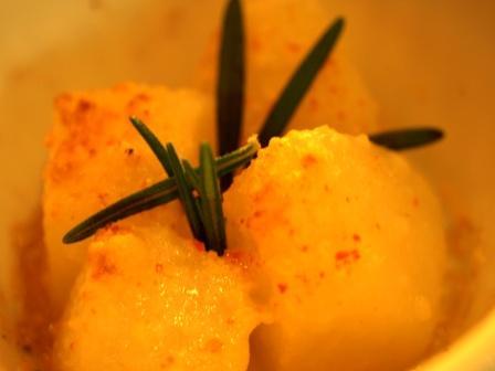 ローズマリーを添えた香り高いピリ辛料理 じゃがいもとチーズのオーブン焼き