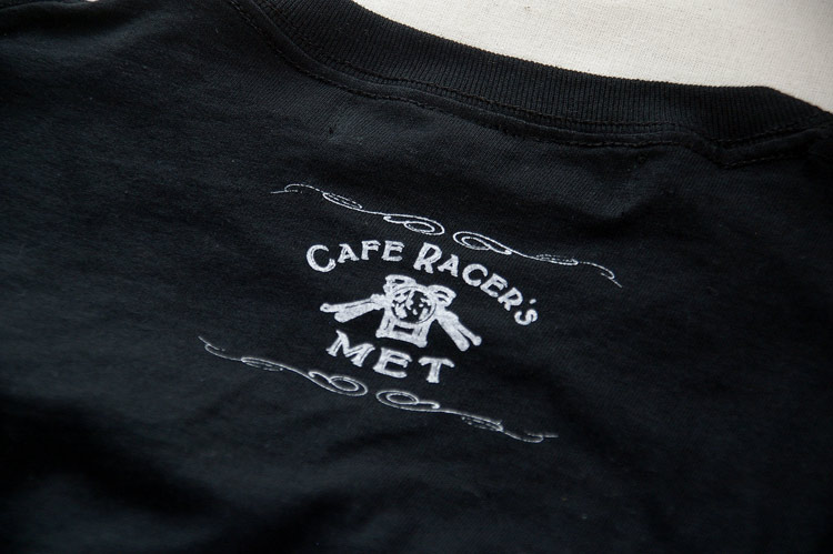 襟の後ろにワンポイントで【MET】のロゴが入ります