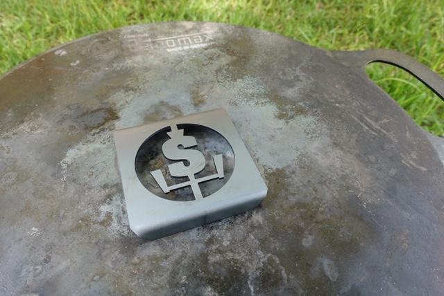 ロゴプレートは鍋敷きとしても使えます。