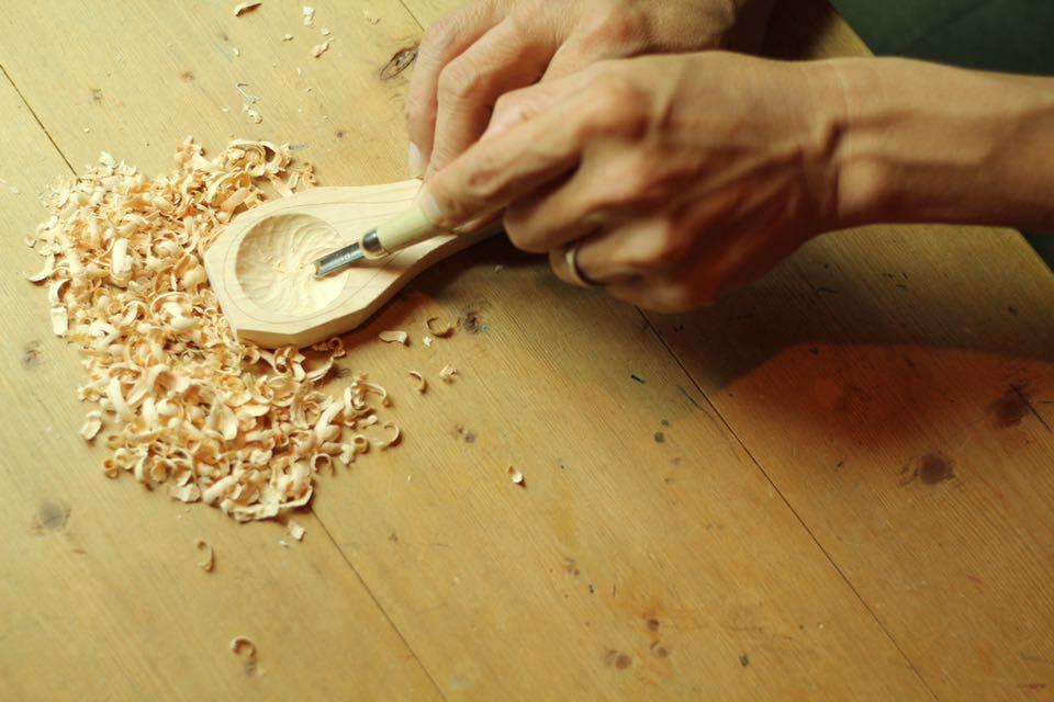 彫刻刀でカップ部分を彫ります