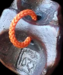 縦穴に輪っかを作り横穴にすると帯留としてもご利用いただけます
