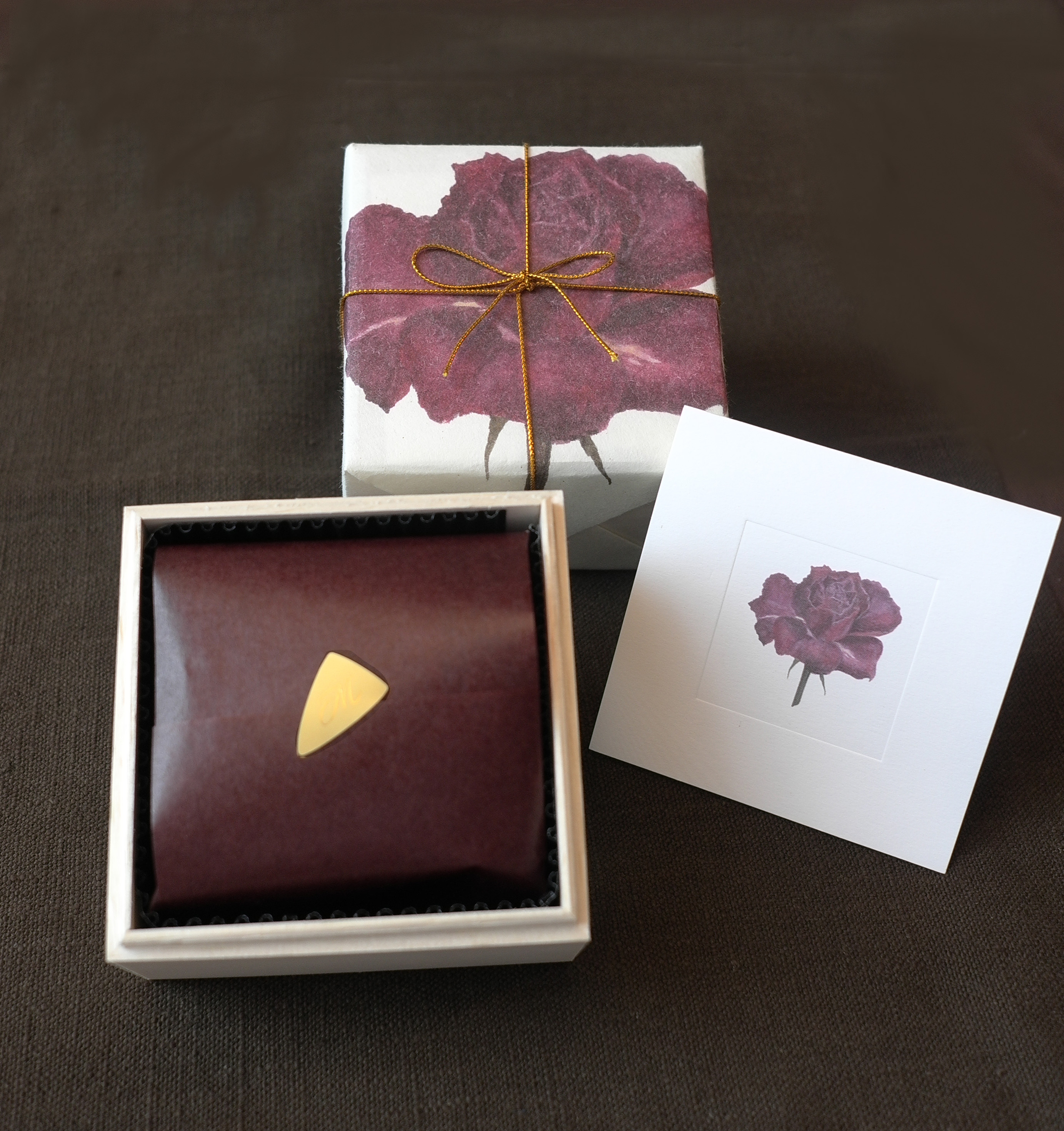 素敵な木箱入り、花のカード付きです。