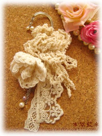 手編みの巻き花モチーフを使ったイヤーフックです。 ご自分の耳に合わせて簡単に調節できます