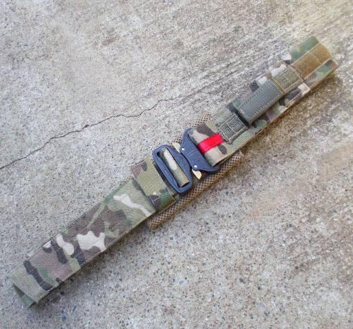"""<b>メーカー:TYR Tactical<br><br>コブラバックル搭載の2インチ(51mm)幅のランヤードループ付デューティベルト。<br>ナイロンのみの薄型。<br>コブラバック裏側には、パッドがベルトに縫い付けられています。<br>Brokos Battle Beltなどのパッドベルトのインナーベルトとしても使用できます。<br><br>Small: 71cm~81cm (28-32"""")<br><br></b>"""