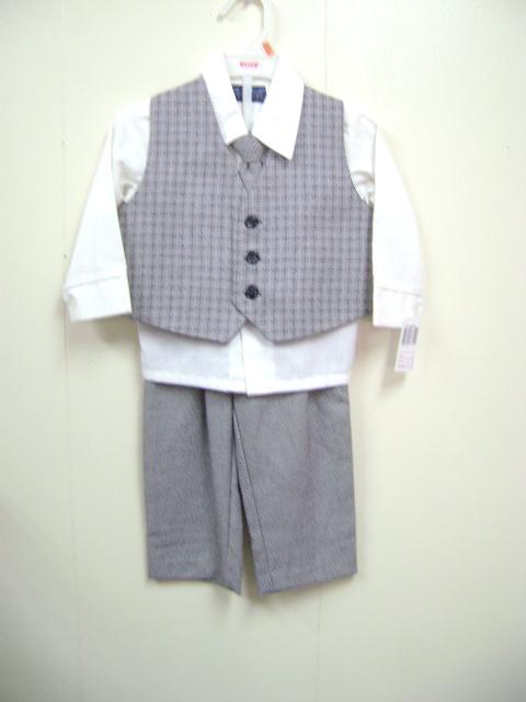 このベストスーツは、細かなチェック柄、ズボンは薄い茶色の無地です。シャツはクリーム色の無地です。写真と実物多少色異なっています。実物はとてもかわいいです。