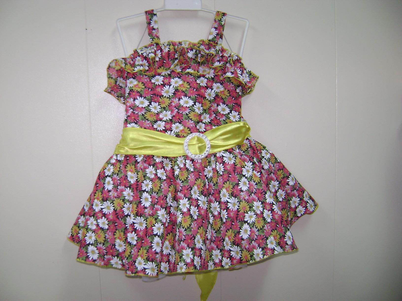 このワンピースドレスは、ハンドメードです。 花柄がとても可愛いです。ツール付き、後ろはゴム入りとても着やすいです。