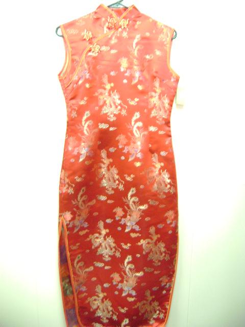このチャイナドレスは、ドラゴンと頬の鳥の柄がとても素敵です。