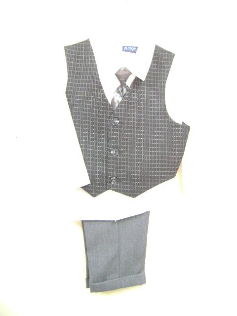 このベストスーツは、ベストがチェック柄、シャツは無地の白、クリーム色、ズボンはグレーです。