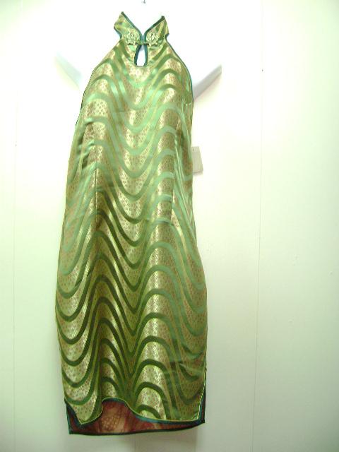 このミニチャイナドレスは、後ろがオープンしています。