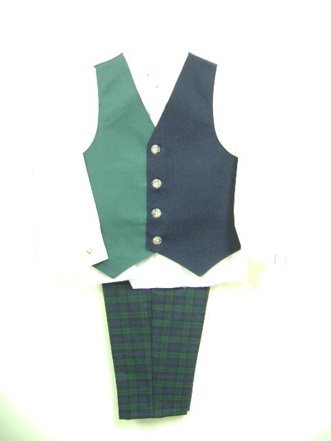 このベストスーツは、ベストが緑と紺色です。シャツは無地のクリーム色、ズボンはチェック柄とてもかわいいです。