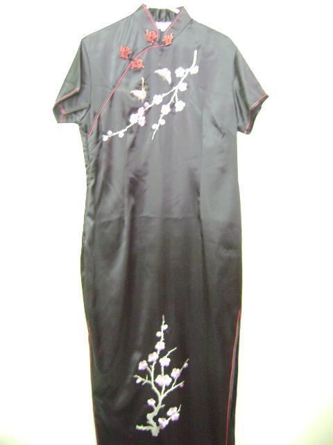 このチャイナドレスは、伸縮性の素材を使用しています。刺繍の花柄がとても綺麗です。
