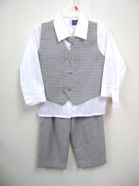 <p>このベストスーツは、ベストとズボンが薄い茶色、シャツが長袖、無地のクリーム色と</p><p>ストライプのクリーム色です。</p>