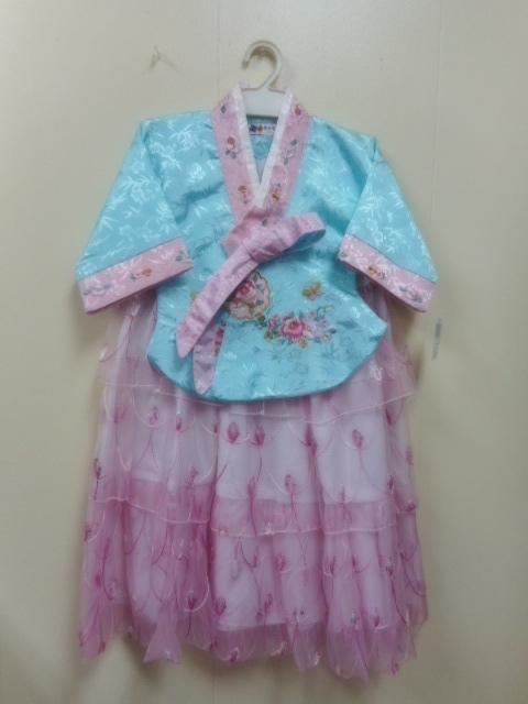 このチマチョゴリはドレスとしても着られます。上着なしですとかわいいドレスになります。スカートは3段になってとてもかわいいです。結婚式やお遊戯会に最適です。