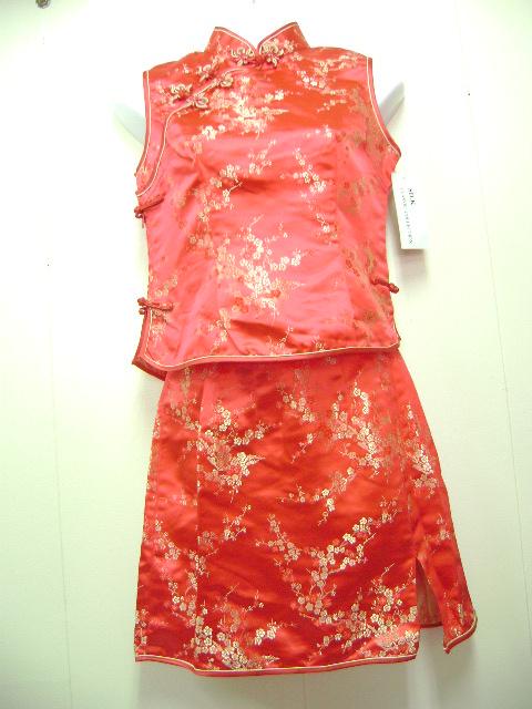 このツーピスドレスは、とてもいい素材を使用しています。袖なし、スカートはミニでとてもかわいいです。