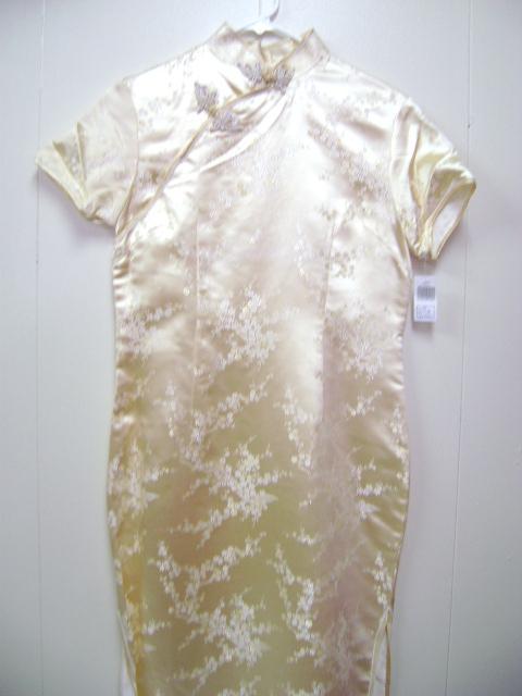 このチャイナドレスは細かな梅の花柄とてもかわいです。