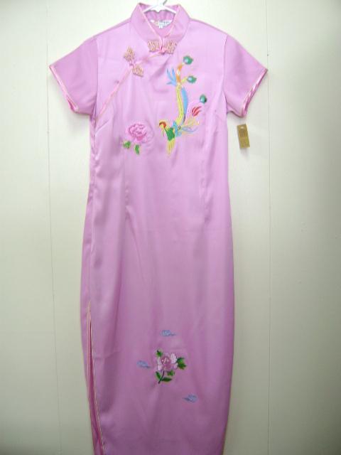 このチャイナドレスは、伸縮性の素材を使用しています。刺繍の模様がとてもかわいです。