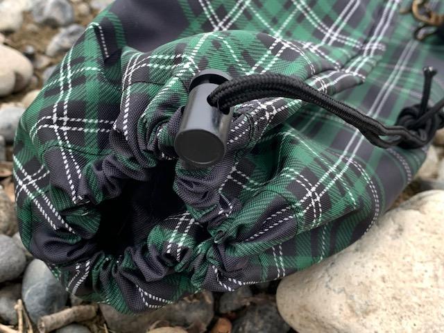 巾着の紐は長めにしてありますので、ケースが余って垂れる場合は、本体に折って紐でくくることも可能です。