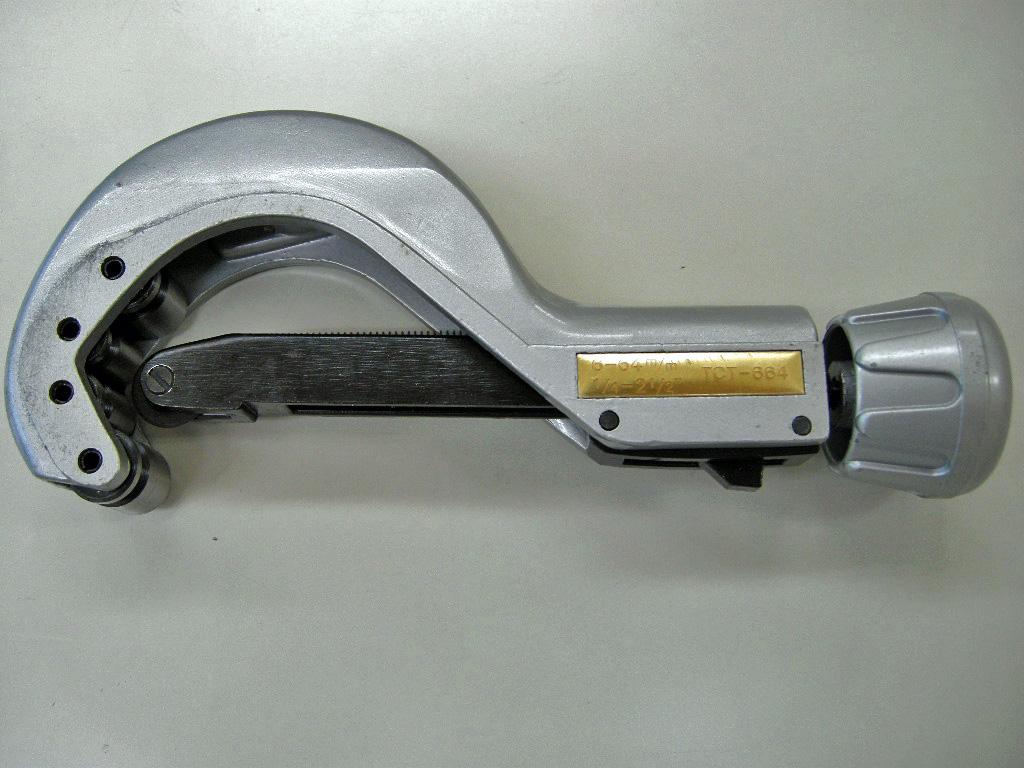 φ6~64㎜までのパイプを挟んで回転させ、綺麗に切断が出来るパイプカッターです。