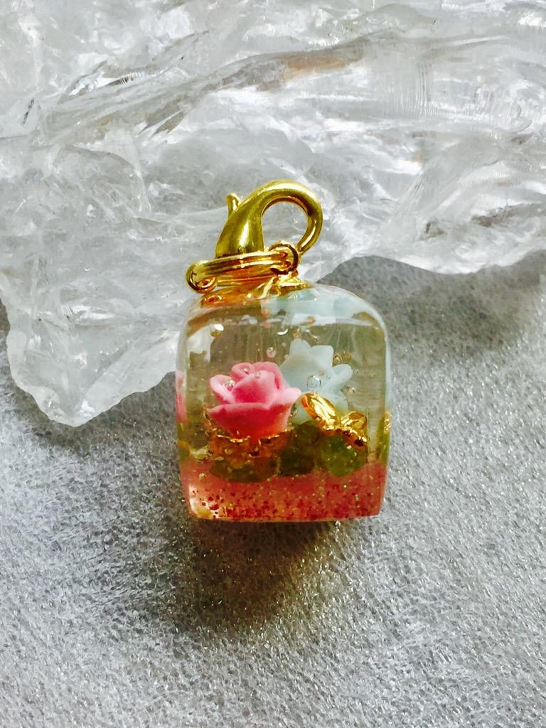 水色とピンクの薔薇