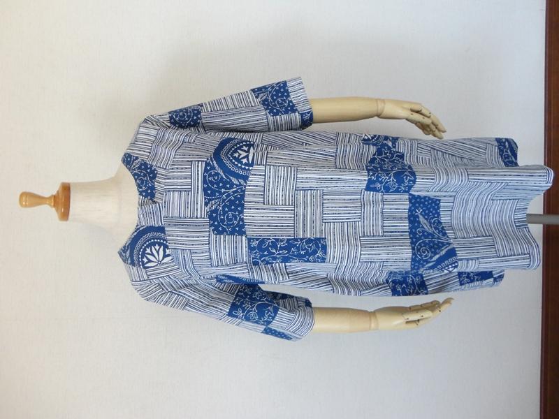 <p>sold out ありがとうございます</p><p>古い浴衣からワンピースを作りました。<br>かご編みのような網代染柄に所々、ブルーバティク柄の面白い染柄の浴衣です。<br>フロント中心にV開きを入れ、前後アール型ヨーク切り替えのシンプルなデザインです。袖は七分丈で、右脇にシームポケットが付いてますので便利です。<br>ジーンズ、レギン等合わせやすい涼しいチュニックワンピースです。</p><p><br></p>