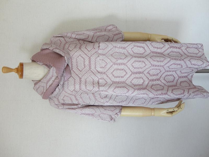<p>sold out ありがとうございます</p><p>古い絞り染めの道行からチュニックとスヌード作りました。</p><p>藤色亀甲柄の絞り染めで春らしい色合いで手絞りの正絹です。<br>かぶり襟でヨークと袖が一緒になったドルマンスリーブで五分丈のパフスリーブ袖です。<br>春らしい色合いのチュニックです。<br>右脇にシームポケットを付けてありますので便利です。 <br>M~LLサイズまで着れるチュニックです。<br>絞り染と藤色綸子のスヌードも出品しています。</p><p>単品でもおそろいで使われてもお洒落です。</p><p><br></p><p><br></p><p><br></p>