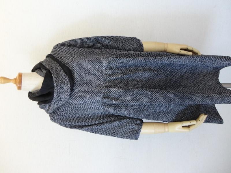 <p>sold out ありがとうございます</p><p>古い絞り染めの羽織からチュニックとスヌード作りました。黒の鹿の子絞りで少し色むらはありますが手絞りの正絹です。<br>ヨークと袖が一緒になったドルマンスリーブで五分丈のパフスリーブ袖です。<br>前身ごろのみウエストにギャザー入れた身幅はたっぷりのロングチュニックです。<br>後ろスラッシュ開きのループ掛け(黒蝶貝ボタン12.5㎝)仕上です。右脇にシームポケットを付けてありますので便利です。 <br>M~LLサイズまで着れるチュニックです。<br>絞り染と黒の綸子のスヌードも出品しています。単品でもおそろいで使われてもお洒落です。</p><p><br></p><p><br></p>