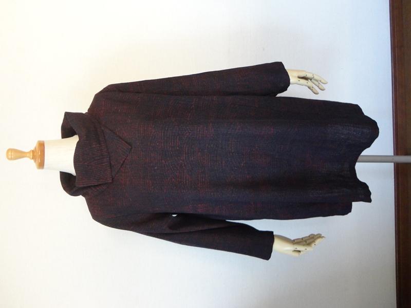 <p>hold outありがとうございます</p><p>古い真綿小千谷縮の着物からチュニックを作りました。シックな波模様で手織りの風合いの良いやや薄地のな着物です。<br>重ねた衿がアクセントになったチュニックです。</p><p>軽くて着やすく1枚でもタートルのセーターとの重ね着も良いと思います。<br>右脇にシームポケットを付けてありますので便利です。</p><p><br><br></p><p><br></p><p><br></p>