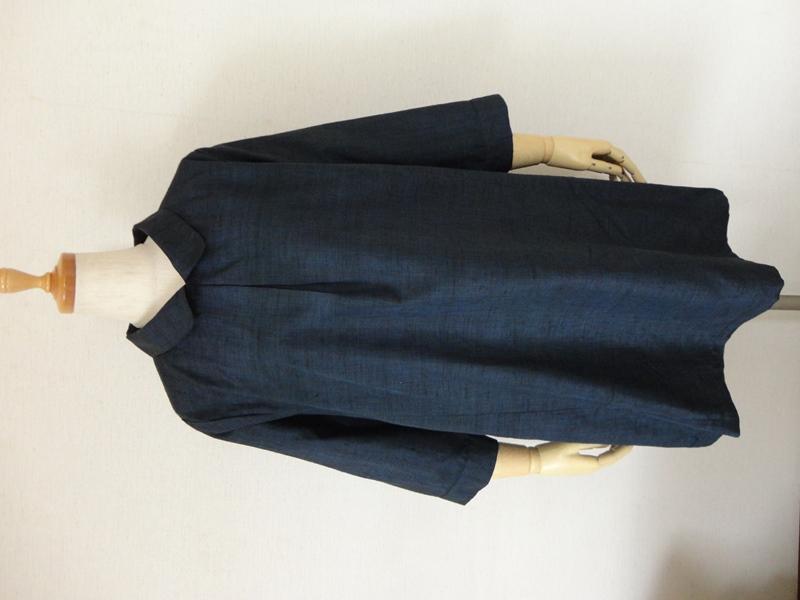 <p>&nbsp;sold out ありがとうございます<br></p><p>紺色の正絹紬の着物からチュニックワンピースを作りました。</p><p>風合いと生地が良く紬特有の鈍い光沢があり、厚手の正絹生地です。<br>襟付きで前中心にボックスプリーツを取った可愛らしいデザインです。</p><p>後ろスラッシュ開きループ掛け(1.15㎝貝ボタン)仕上です。<br>袖は八分丈で袖口はカフス仕上げです。右脇にシームポケットを付けて</p><p>ありますので便利です。</p><p><br><br></p>