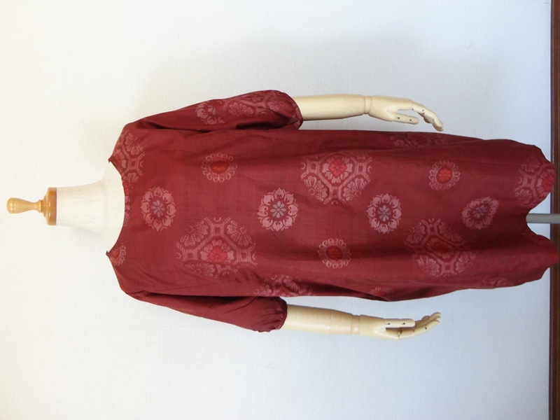 """<p>&nbsp;sold out ありがとうございます<br>古い紬の着物からチュニックワンピースを作りました。ボルドーの地色に色々な華文様が可愛い紬です。<br>紬の種類は分かりかねますが正絹で織り傷はありますがしっかりした生地です。<br>ドルマンスリーブで、後ろスカート部分は切り替えギャザーが入っています。<br>前は切り替え無しで、袖は七分袖のパフスリーブ、襟周りと袖口周りはパイピングで始末しています。<br>後ろスラッシュ開きループ掛け(1.15㎝貝ボタン)仕上です。<br>襟ぐりはいつもより狭めで、右脇にシームポケットを付けてありますので便利です。<br>パンツやレギンスと合わせていただくといいと思います。秋、冬は重ね着にもよいゆったりしたワンピースです。</p><p><font style=""""background-color: rgb(255, 204, 153);"""">※色合いは画像よりもう少し暗めです。</font></p><p><font style=""""background-color: rgb(255, 204, 153);""""><br></font></p><p><font style=""""background-color: rgb(255, 204, 153);""""></font><br></p><p><br></p>"""