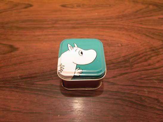 ムーミンの小さなブリキ缶。<br /><br />※【新品・未使用品】ですが、現地での陳列や輸送により、細かな傷などがある場合がございます。