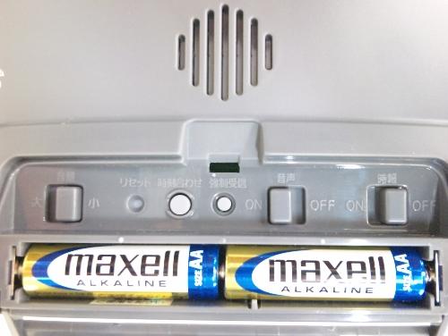 8RZ102-019後面(音量スイッチ、リセットボタン、時刻合わせボタン、強制受信ボタン、音声スイッチ、時報スイッチ、単三電池×2個)