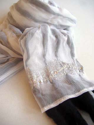 ウールのスラブ糸の織りなすシースルーのパターン(黒)