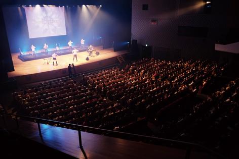 渋谷公会堂の舞台で歌って踊る歌旅座!!
