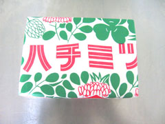 <p>千葉県富津市山中産の国産天然蜂蜜100%です<br>白い化粧箱に蜂蜜を入れ、包装紙で包みました。150g×2本入です。</p>