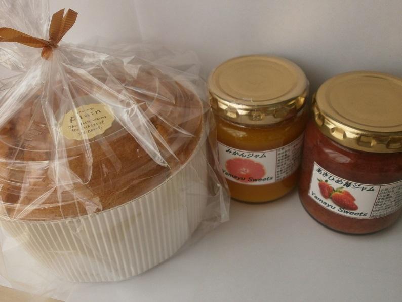 <p>プレーンシフォンケーキ1個&ジャム(145g入)2本をセットにしました。ジャムの種類はお任せ下さい。</p><p>白い箱にお入れして、花柄の包装紙で包装の上、ご発送いたしますのでプレゼントなどにも最適です。</p><p>北海道産小麦粉、甜菜グラニュー糖・静岡県産鶏卵・国産米油を使って丁寧に焼き上げるシフォンケーキ。</p><p>季節に応じて一番美味しく味わえるジャム、マーマレードを2種類を厳選し詰合せいたします。※ご注文のシーズンにより、ジャム、マーマレードの種類は異なります。</p><p>シフォンケーキにジャムを添えてお召し上がり下さいませ。</p><p>※シフォンケーキはご注文を頂いてから焼き上げてご発送いたします。シフォンケーキの消費期限は製造日含めて4日間でございます。</p><p>3月~10月にご注文の場合には、クール便にて発送させていただきます。</p>