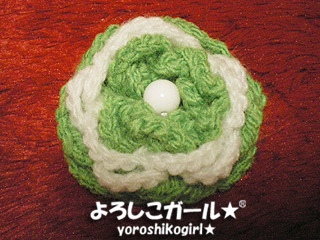 よろしこガール☆オリジナルのヘアーピンです。 よろしこの花、をモチーフに仕上げました☆ 色はカジュアルなグリーン&ホワイトの組み合わせです。