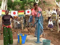 深刻な水不足にあえいでいた村に井戸が出来上がった!